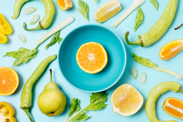 Вид сверху ассортимент овощей и фруктов
