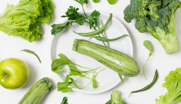 Вид сверху ассортимент овощей на столе