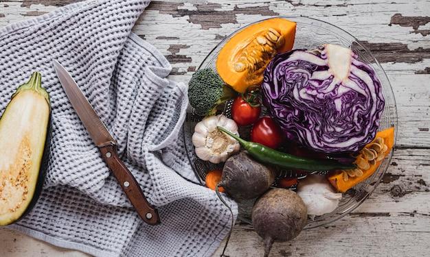 Вид сверху на ассортимент овощей и ткани