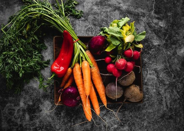 Вид сверху ассортимент овощей для салата