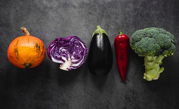 Вид сверху на ассортимент овощей в линию
