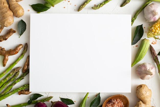 Вид сверху ассортимент овощей с пустым прямоугольником