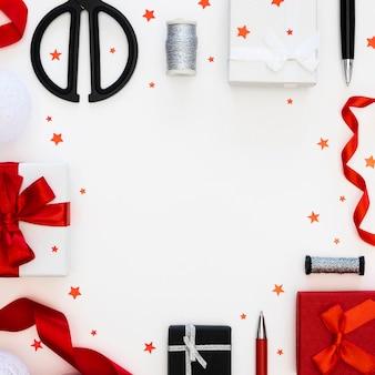コピースペース付きのラップされたプレゼントの上面図の品揃え