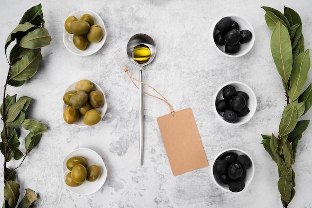 Vista dall'alto assortimento di olive e olio