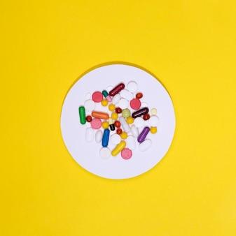 Vista dall'alto dell'assortimento di pillole in cerchio