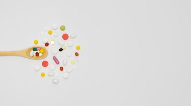 Vista superiore dell'assortimento di pillole con lo spazio della copia e del cucchiaio