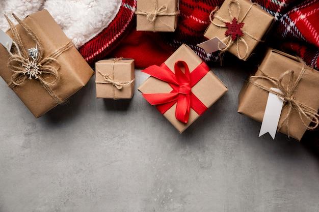 Assortimento di regali invernali vista dall'alto