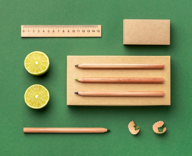 Ассортимент вид сверху с элементами канцелярских принадлежностей и фруктами
