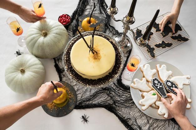 Вид сверху ассортимента угощений для хэллоуина