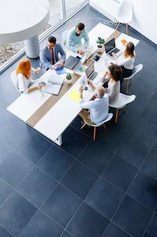 Вид сверху на деловых людей в офисе