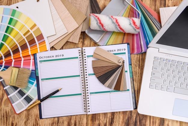 ノートパソコンと色見本と日記の上面図