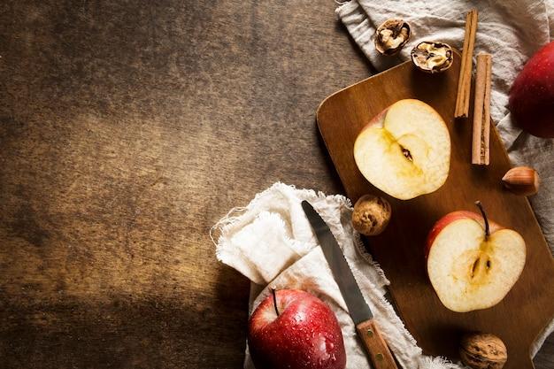 Vista dall'alto di mele autunnali con copia spazio e bastoncini di cannella