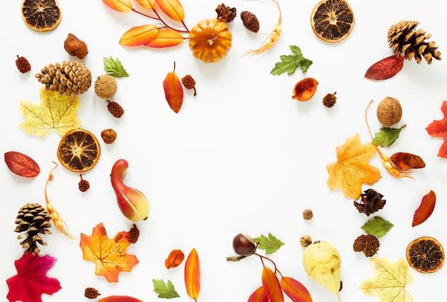 白いテーブルの上のトップビュー秋アレンジメント