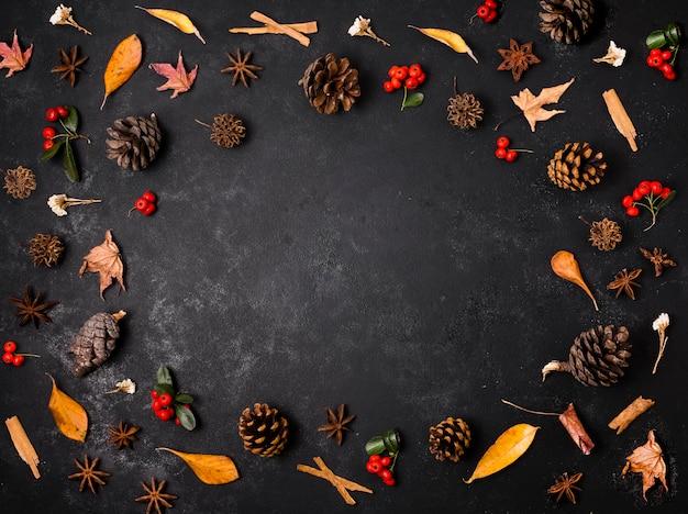 Vista dall'alto di elementi autunnali con pigne e foglie