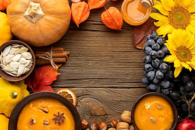 Vista dall'alto di frutta autunnale e zuppa di zucca copia spazio
