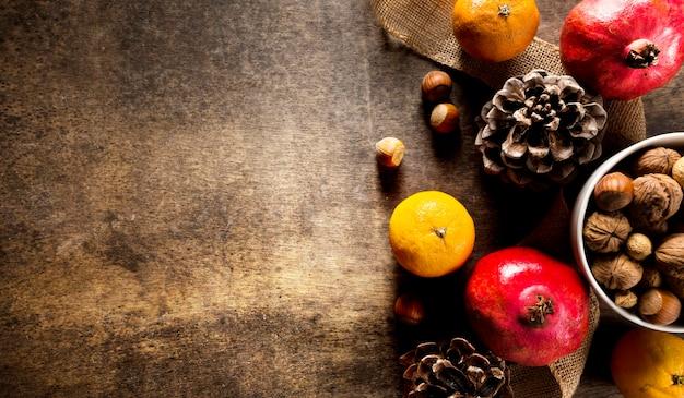 Vista dall'alto di frutti autunnali con noci e pigne