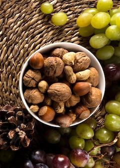 Vista dall'alto di uva autunnale con assortimento di noci