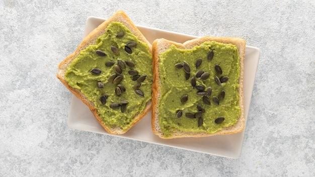 Toast di avocado vista dall'alto con semi