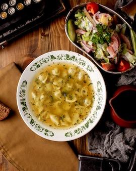 Vista superiore del piatto di minestra e dell'insalatiera gnocchi di dushbara azeri