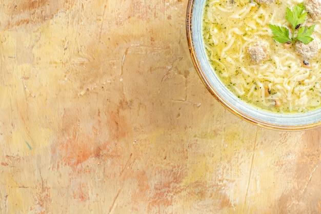 Vista dall'alto azero erishte in una ciotola su sfondo beige