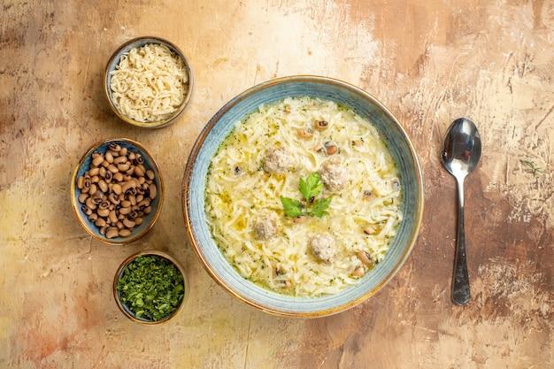 Vista dall'alto azero erishte in una ciotola diversi animali in ciotole un cucchiaio su sfondo beige