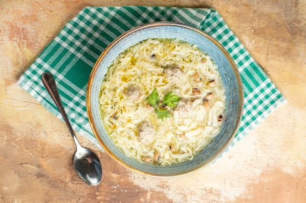 Vista dall'alto azero erishte in una ciotola su un asciugamano da cucina un cucchiaio su sfondo beige