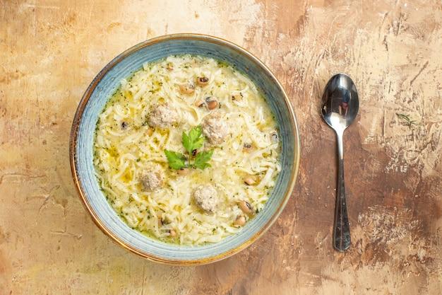 Vista dall'alto azero erishte in una ciotola un cucchiaio su sfondo beige