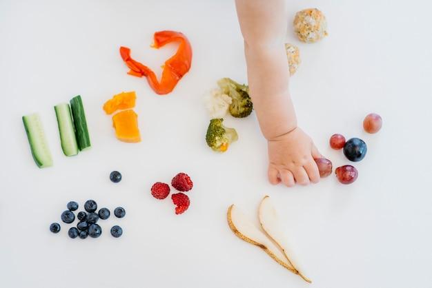 一人で何を食べるかを選択する上面図の赤ちゃん
