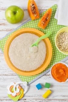 Vista dall'alto alimenti per bambini con fetta di zucca