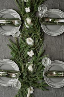크리스마스를 위해 전나무 나뭇가지와 ca로 장식된 식당 테이블의 상위 뷰 배경 이미지