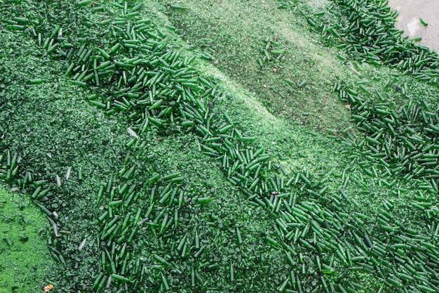 상위 뷰 배경 많은 조각이 녹색으로 깨진 유리를 재활용합니다.