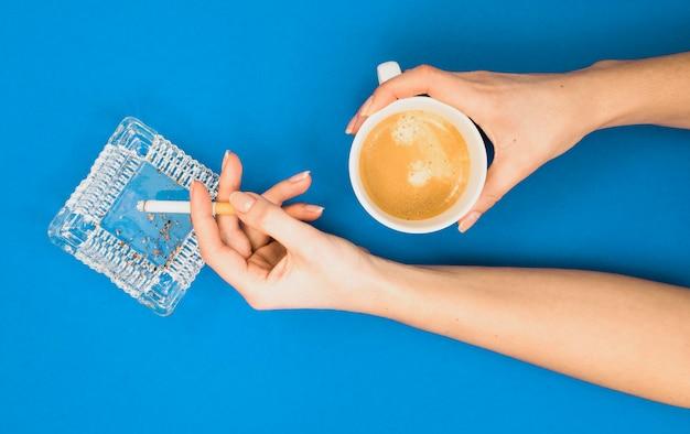 Vista dall'alto del concetto di mattina cattiva abitudine