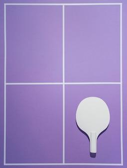 Pagaia di badminton vista dall'alto su sfondo viola