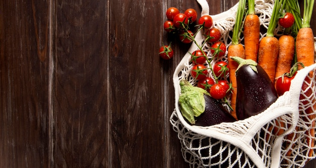 Vista dall'alto della borsa di verdure con spazio di copia