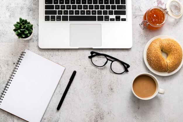 Вид сверху бублик с кофе на столе