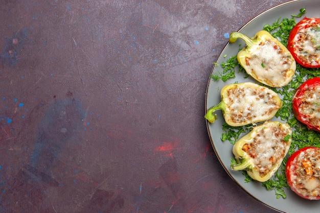 Вид сверху запеченный болгарский перец с сырной зеленью и мясом внутри тарелки на темном фоне запечь обеденное блюдо еда еда