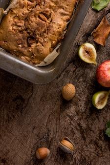 Вид сверху испеченный хлеб с фруктами