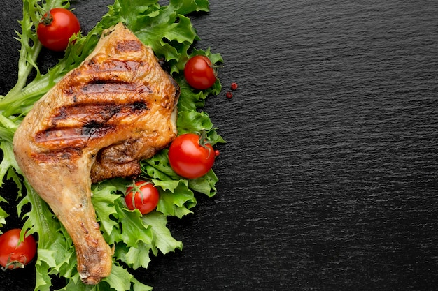 Вид сверху запеченный цыпленок и помидоры черри с копией пространства