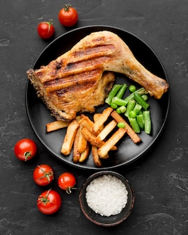 焼きたての鶏肉とジャガイモとトマトのプレートのトップビュー