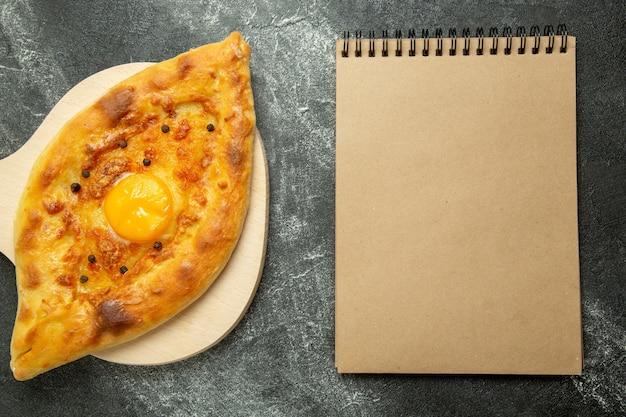 Panino delizioso della pasta del pane dell'uovo al forno di vista superiore sullo spazio scuro