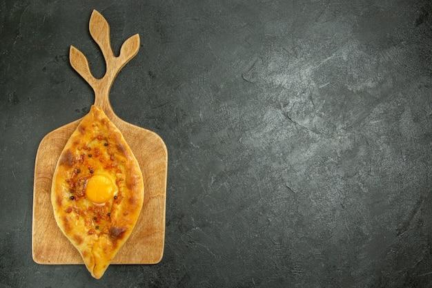 暗い空間でオーブンから取り出したての上面焼き卵パンおいしい生地パン