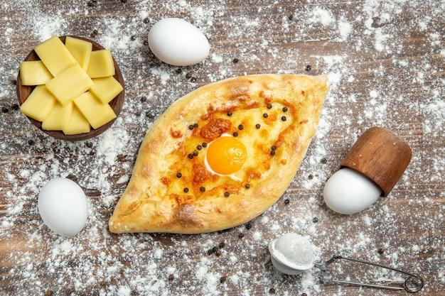 上面図茶色の表面に小麦粉を入れた焼き卵パン生地卵パンパン朝食