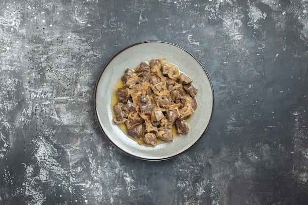Vista dall'alto fegato e cipolla al forno su piatto ovale