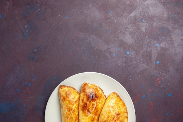 어두운 공간에 접시 내부와 같은 상위 뷰 구운 파이 빵