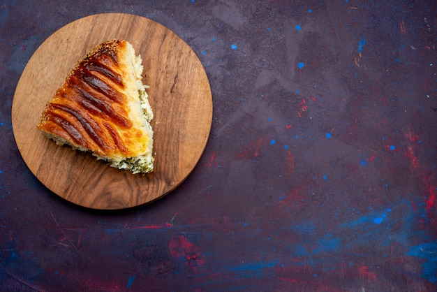 Vista dall'alto panino di pasta al forno formato a fette con verdure all'interno su sfondo viola scuro.