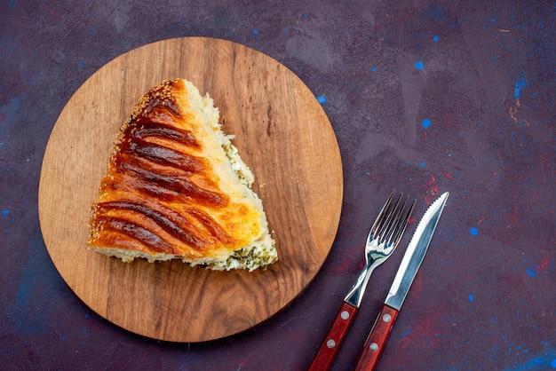 暗い机の上に緑でスライスされて形成された上面図の焼き菓子パン。