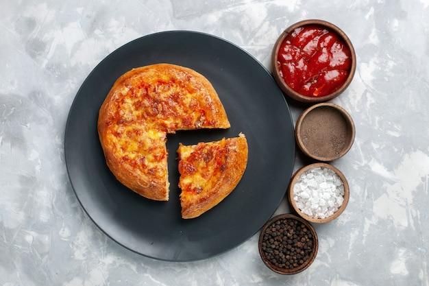 밝은 흰색에 치즈와 함께 구운 피자 상위 뷰