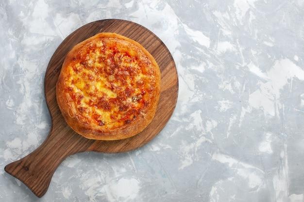 ライトホワイトにチーズを添えたトップビュー焼きピザ