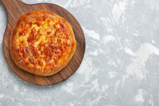 Вид сверху запеченная пицца с сыром на белом