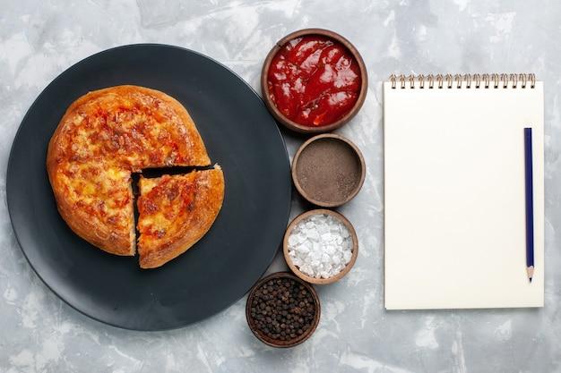 화이트에 조미료와 상위 뷰 구운 피자